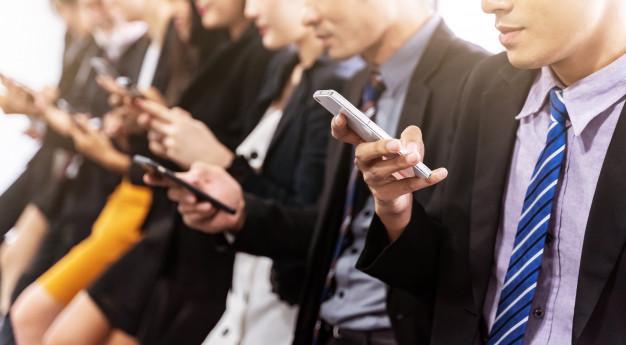 gros-plan-gens-affaires-utilisant-smartphone-concept-affaires-technologie_34102-89